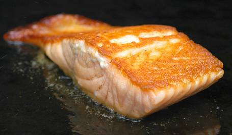 Cooking-salmon-on-an-electric-griddle