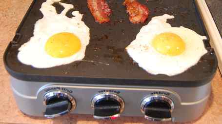 cooking-eggs-on-an-electric-griddle